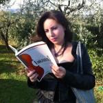 Elena, legge con attenzione e ricorda tutto.