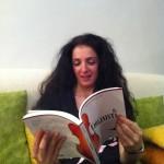 Stefania, legge con passione.