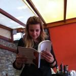 Francesca, legge in silenzio.